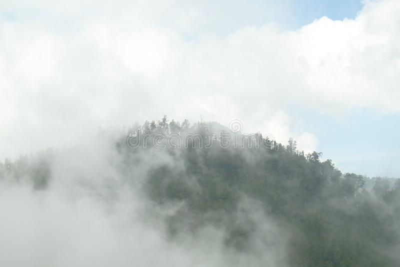 Mahameru bak molnen royaltyfri foto