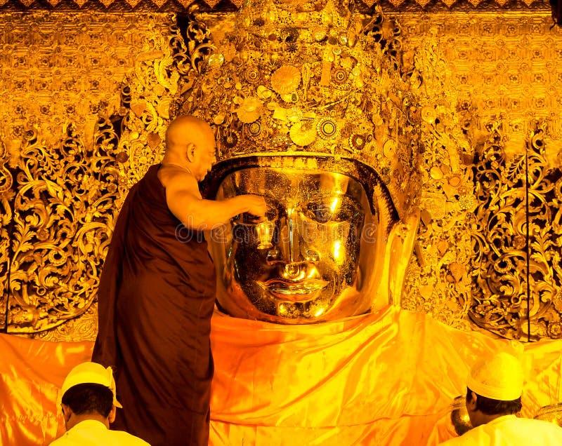 Mahamuni菩萨图象面孔洗涤仪式,曼德勒,缅甸1 库存照片