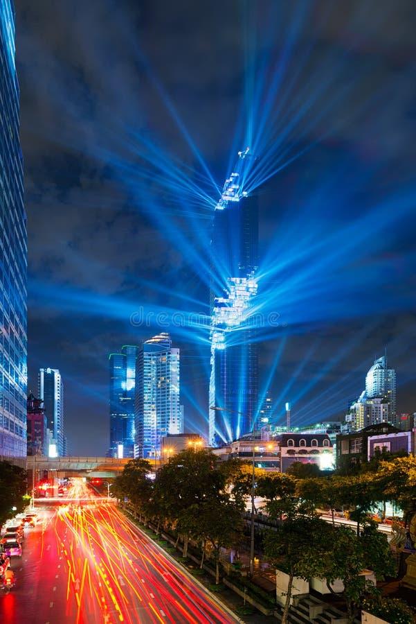 MahaNakhon Banguecoque que aumenta, lasers mostra, Banguecoque, Tailândia fotos de stock royalty free