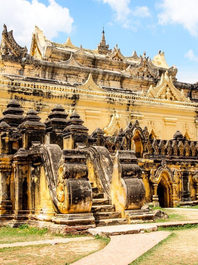 Mahar Aung Mye Bon San kloster, den forntida kloster i Inwa, Mandalay, Myanmar 5 royaltyfri foto