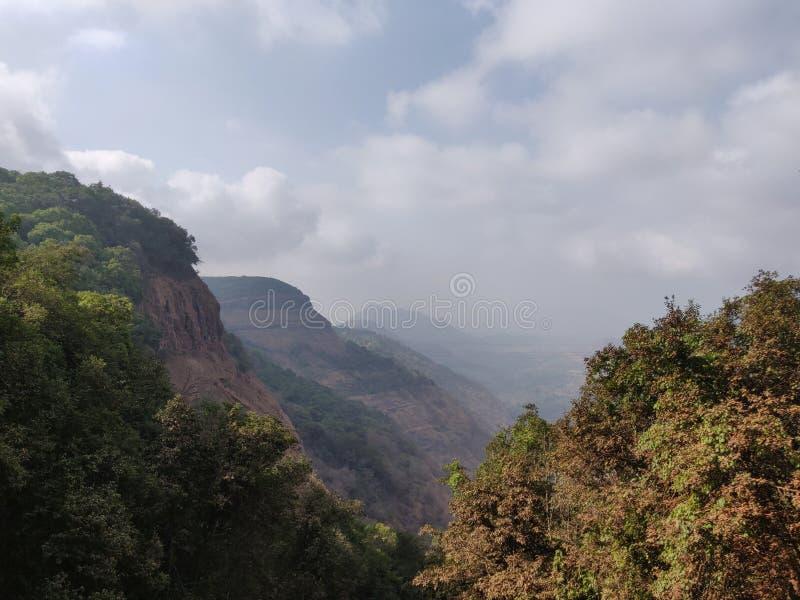 Maharashtra hermoso Matheran la India de la cordillera del paisaje del lago nublada foto de archivo