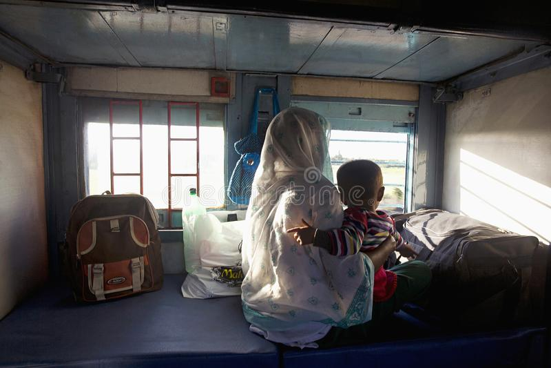 MAHARASHTRA, INDIA, gennaio 2005, passeggeri dentro un treno fotografie stock libere da diritti
