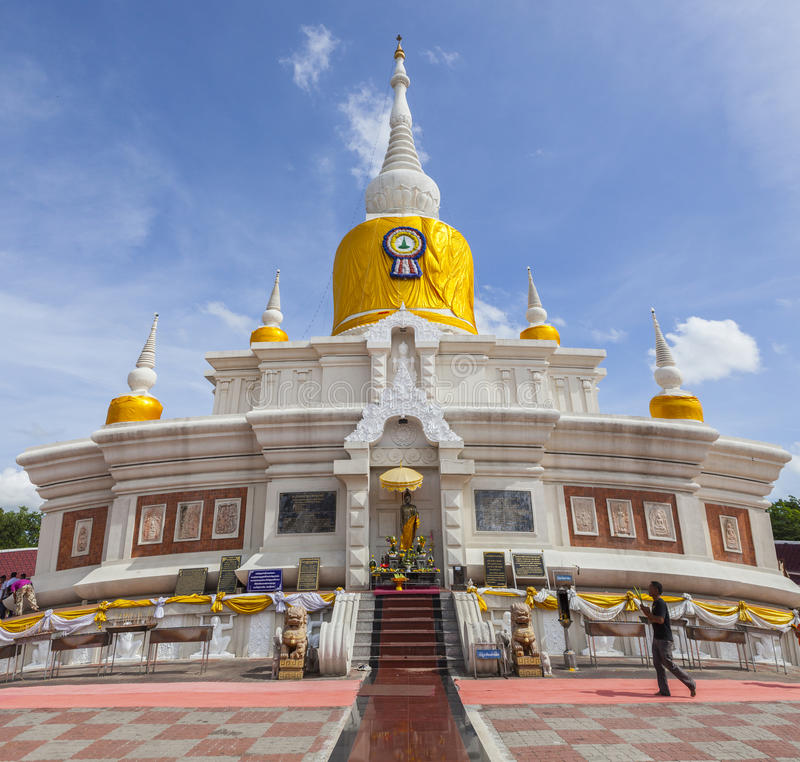 MAHASARAKHAM泰国- JULY8,2017 :泰国佛教祈祷的aroun 免版税库存照片