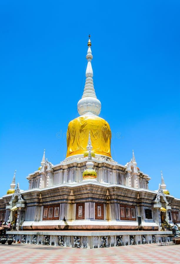 MAHASARAKHAM,泰国- 7月15 :未认出的人民在2015年7月15日的Nadun塔崇拜菩萨雕象在Tha 库存照片