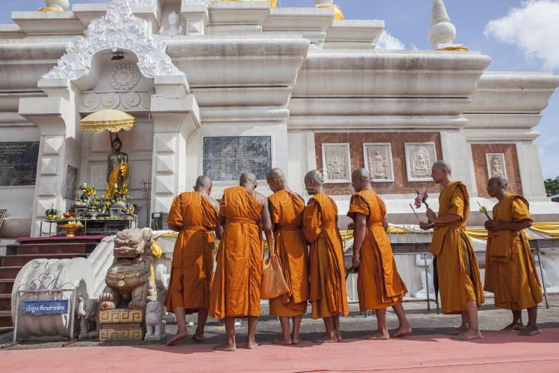 MAHASARAKHAM THAILAND - JULY8,2017: thai buddha munk be ar royaltyfria bilder