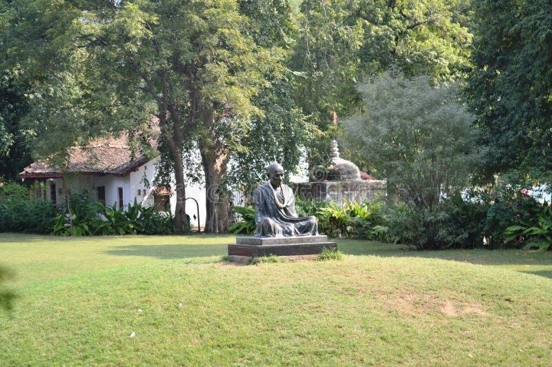 Mahatma Gandhi staty på den Gandhi ashramen, Ahmedabad arkivbilder