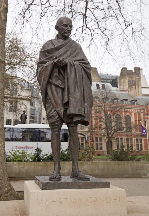 Mahatma Ghandi Bronze staty som lokaliseras i parlamentfyrkanten, London royaltyfri bild