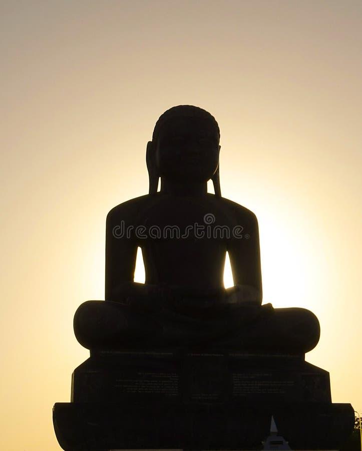 Mahavira一个巨大的雕象在小山顶部的 免版税库存图片