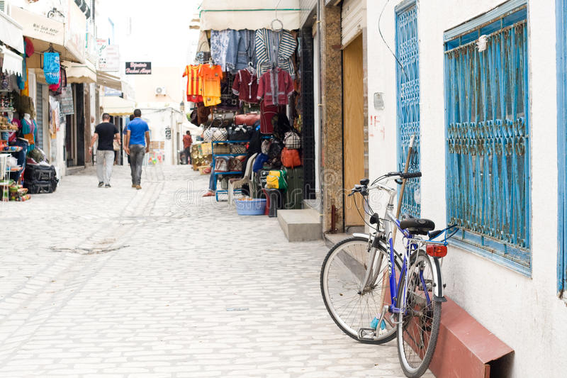 MAHDIYA, TUNÍSIA - 21 DE MAIO: caminhada dos povos através de Medina foto de stock royalty free