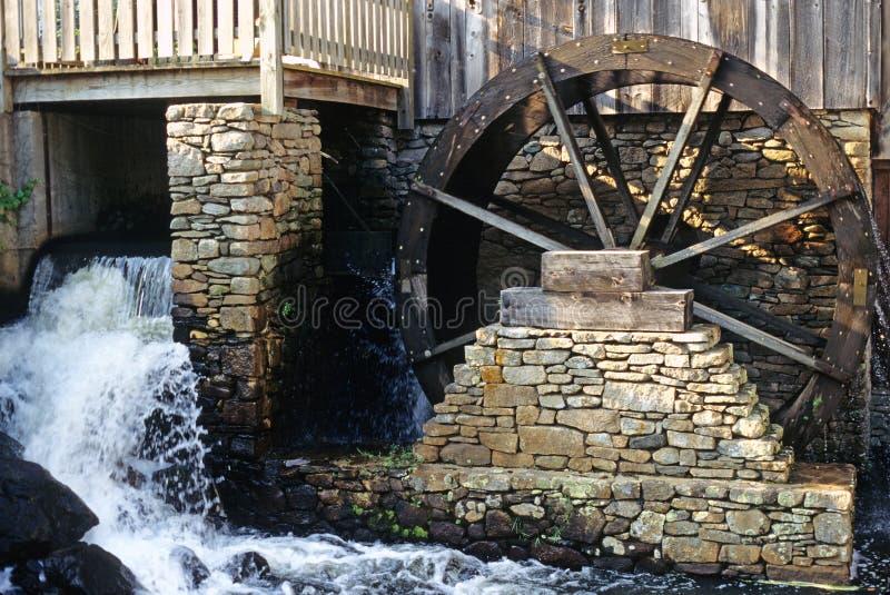 Mahlgutmühle und -Wasserrad lizenzfreie stockfotografie