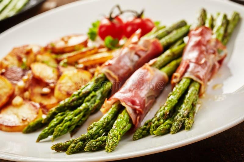 Mahlzeit des Spargels eingewickelt im Prosciutto lizenzfreies stockfoto