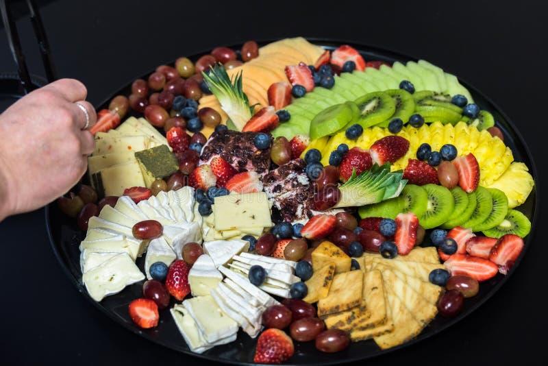 Mahlzeit gedient auf Plastikplatten und Geräten lizenzfreies stockbild