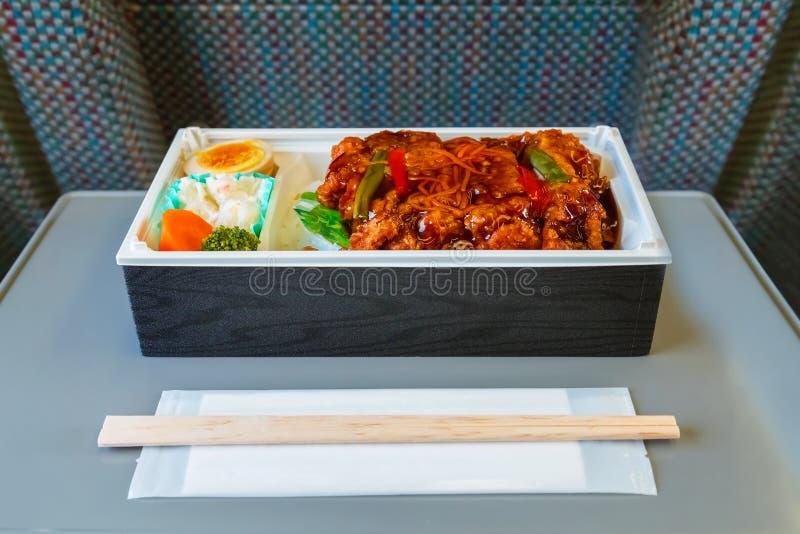 Mahlzeit-Kasten (Bento) auf einem japanischen Kugelzug lizenzfreies stockbild