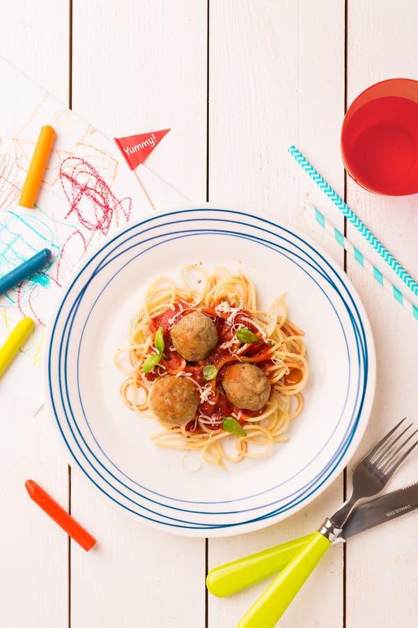 Mahlzeitabendessen des Kindes - Spaghettis und Fleischklöschen stockfotografie
