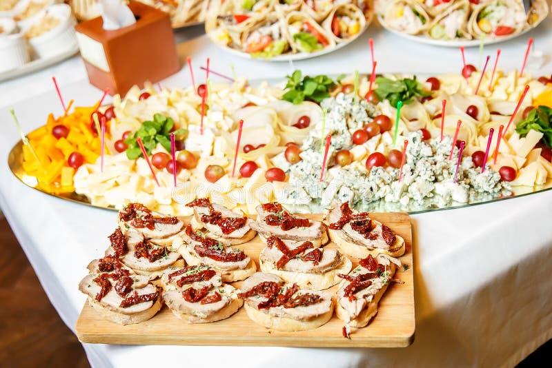 Mahlzeiten für Feinschmecker auf der Hochzeitstafel stockfotografie