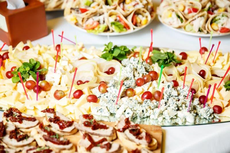 Mahlzeiten für Feinschmecker auf der Hochzeitstafel lizenzfreie stockbilder