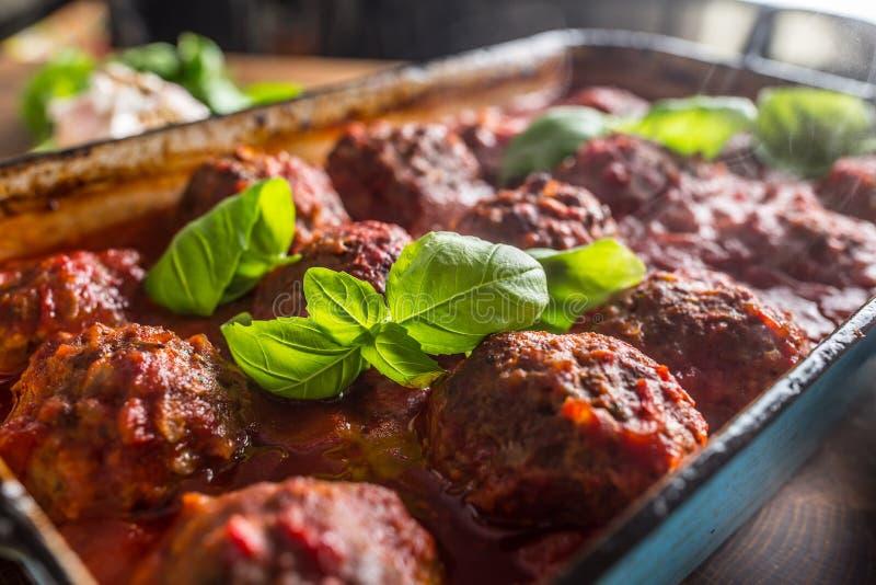 Mahlzeitfleisch-Rindfleischbälle Delisious italienische mit Basilikum in der Weinleserösterwanne stockbild