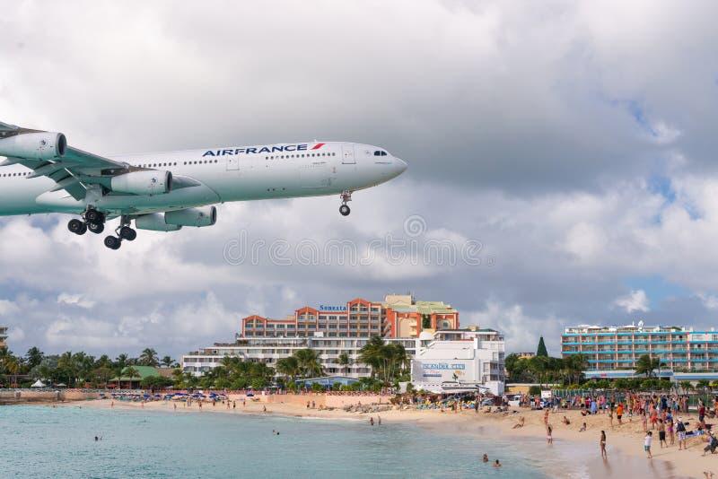 Maho Beach in Philispburg, Sint Maarten lizenzfreie stockfotos