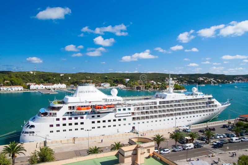Mahon, España - 6 de abril de 2010: barco de cruceros en puerto marítimo Trazador de líneas de la travesía en puerto del mar Viaj imagen de archivo libre de regalías