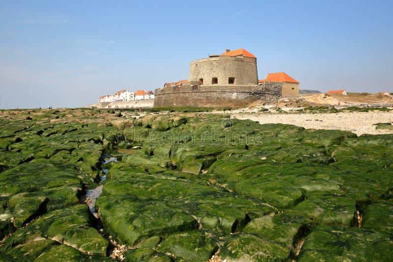 Mahon forte e Ambleteuse nel ` Opale, Pas-de-Calais, Francia di Cote d: vista dalla spiaggia a bassa marea fotografia stock libera da diritti
