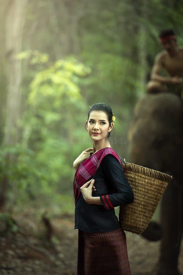 Mahoutvrouw in traditionele kleding van Thailand royalty-vrije stock fotografie