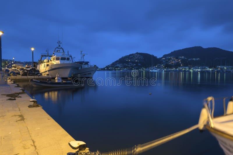 12 mai 2018 Andratx gauche, Majorca Bateaux dans le beau port avec des refletions de lumières Longue image de nuit d'exposition images libres de droits