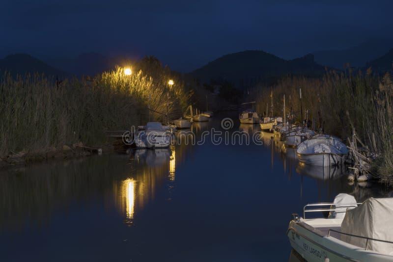 12 mai 2018 Andratx gauche, Majorca Longue image de nuit d'exposition au canal gauche de la mer avec les bateaux amarrés photos libres de droits
