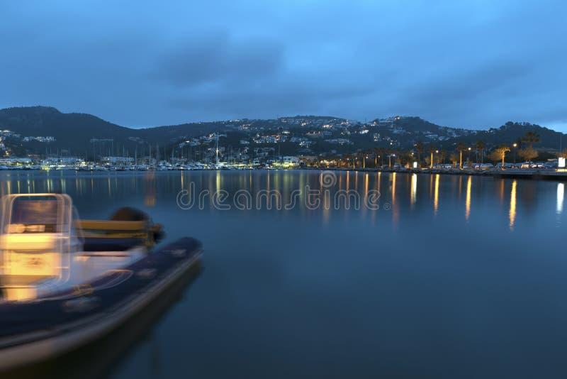 12 mai 2018 Andratx gauche, Majorca Refletions de lumières de nuit dans le beau port Longue image de nuit d'exposition photo stock