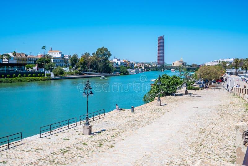 Mai 2019 Ansicht von Guadalquivir-Fluss in Sevilla, Spanien lizenzfreies stockfoto