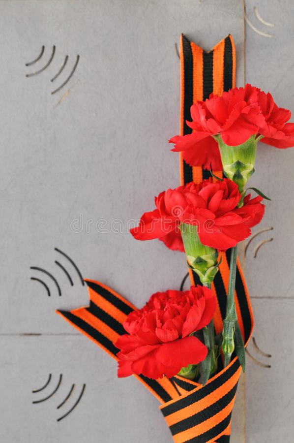 9 mai carte de Victory Day Oeillets et ruban rouges de St George sur le fond d'un vieil album photos Jour de mémoire et images stock