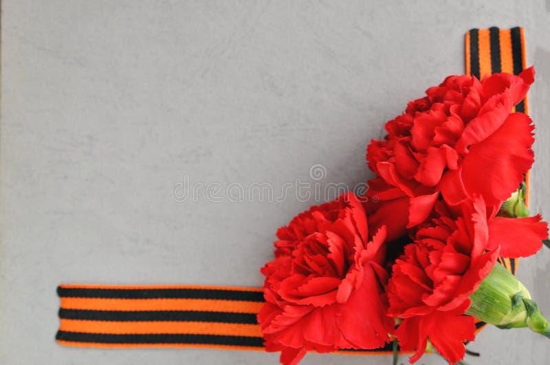 9 mai carte de Victory Day Oeillets et ruban rouges de St George sur le fond d'un vieil album photos Jour de m?moire et photos libres de droits