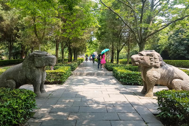 Mai 2017 Chine d'†touristes «d'†de Nanjing, Jiangsu, «marchant le long de la manière sacrée dans le mausolée de Ming Xiaoli images libres de droits