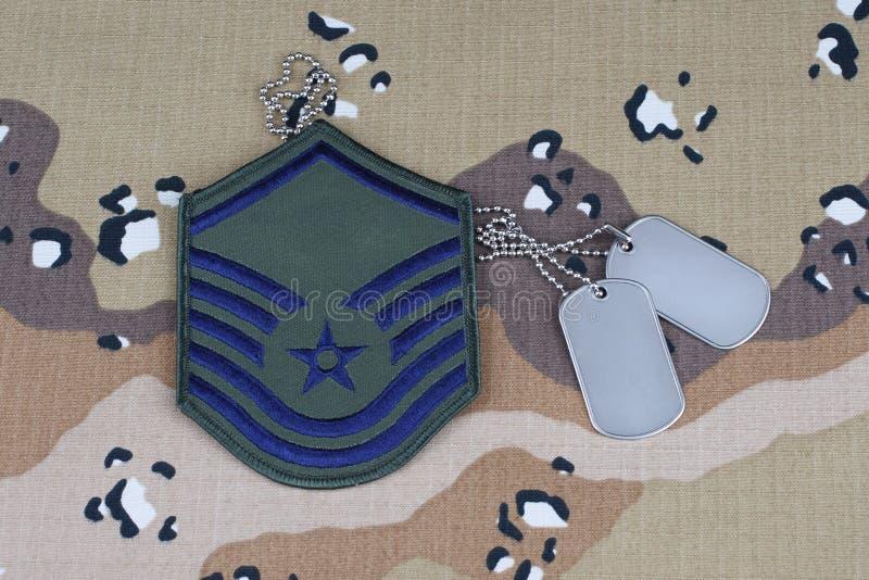 12 mai 2018 Correction luxuriante de sergent maître d'ARMÉE DE L'AIR DES ETATS-UNIS et étiquettes de chien sur le fond uniforme d images libres de droits
