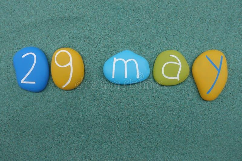 29 mai, date civile composée avec les pierres colorées multi au-dessus du sable vert illustration de vecteur