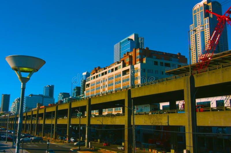MAI 9 de Seattle, Washington, EUA, 2019 arranha-céus do centro modernos gráficos na cidade de Seattle, Seattle com o céu claro az fotografia de stock
