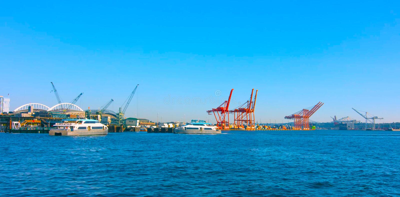 MAI 5 de Seattle, Washington, EUA, 2019 navios de recipiente e guindastes do estaleiro, margem Puget Sound de Seattle, noroeste p imagem de stock royalty free