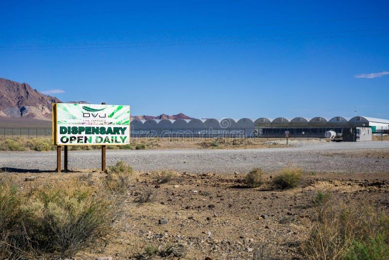 28. Mai 2018 Death Valley/CA/USA - außerhalb der Ansicht der Marihuana-Apotheke gelegen an Death- Valleykreuzung lizenzfreie stockbilder