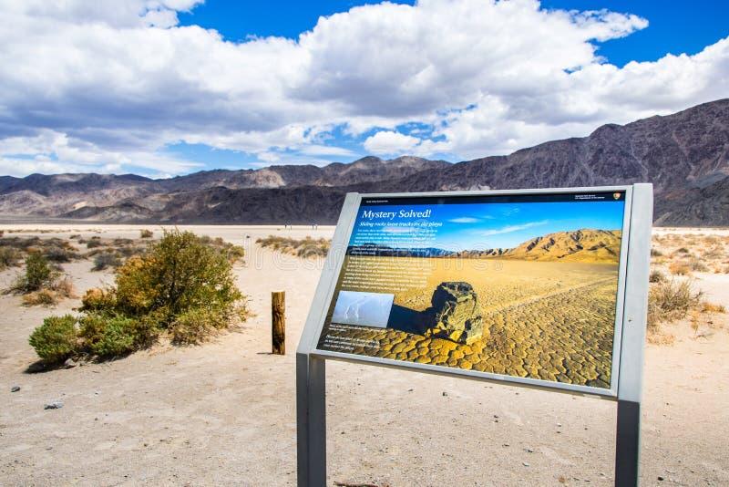 27. Mai 2018 Death Valley/CA/USA - Informationsanzeige, die Tatsachen über die Rennbahn Playa bereitstellt stockfotos