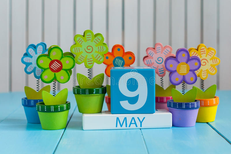 9 mai L'image de peut calendrier en bois de la couleur 9 sur le fond blanc avec des fleurs Journée de printemps, l'espace vide po image stock