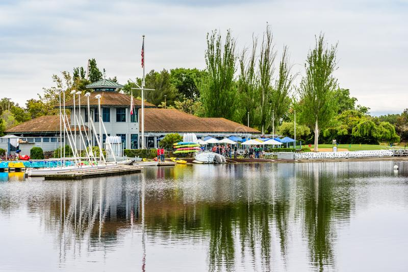 9. Mai 2019 Mountain View/CA/USA - Shoreline See Bootshaus im Shoreline See-Park an einem bewölkten Frühlingstag lizenzfreies stockfoto