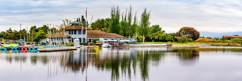 9. Mai 2019 Mountain View/CA/USA - Shoreline See Bootshaus im Shoreline See-Park an einem bew?lkten Fr?hlingstag lizenzfreies stockbild