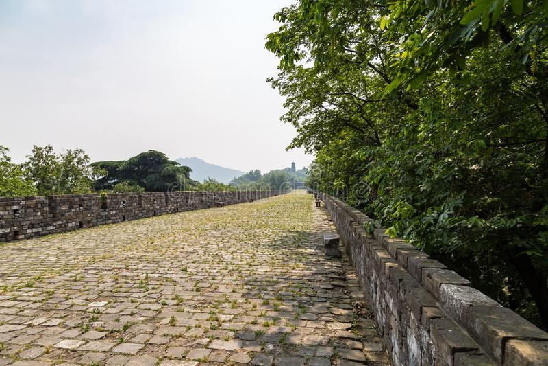 Mai 2017 - Nanjing, Jiangsu, Chine - une section des vieux murs de ville de Ming Dynasty près du temple de Jiming photographie stock libre de droits