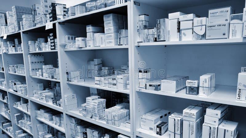 2 mai 2016 République Tchèque de Brno Intérieur d'une pharmacie avec des marchandises et des étalages Médecines et vitamines pour images libres de droits