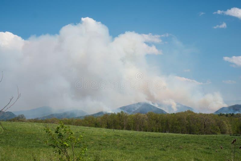 4. Mai 2018 - Raphine, Virginia, USA: Ein verheerendes Feuer verbreitet nordwärts in Richtung zum Nationalpark Shenandoah lizenzfreie stockbilder