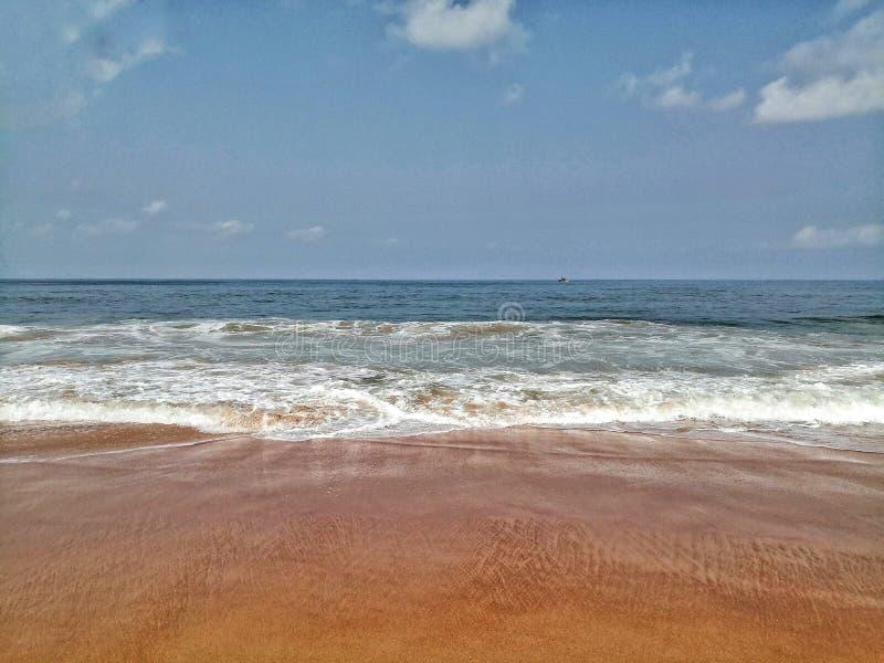 13. Mai an Strand Goa Calungute Die Wellen, die morgens das Ufer an Strand Goa Calungute sweping sind lizenzfreie stockbilder