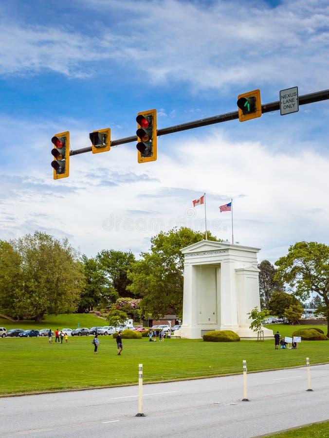 26 mai 2019 - Surrey, AVANT J?SUS CHRIST : Feu de signalisation sur la route ? la fronti?re des Canada-Etats-Unis de vo?te de pai images libres de droits