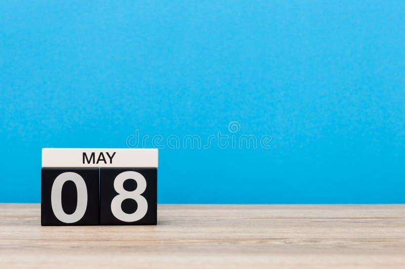 8. Mai Tag 8 des Monats, Kalender auf blauem Hintergrund Frühlingszeit, leerer Raum für Text Weltrotes kreuz und -ROT stockfoto