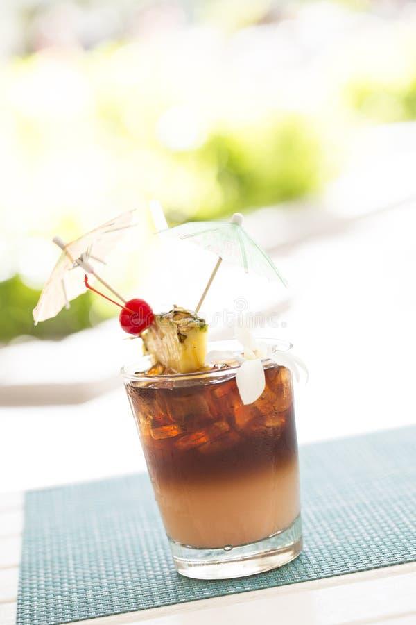 Mai Tai Cocktail Drink glacée avec le fruit et l'Umbrullas images stock