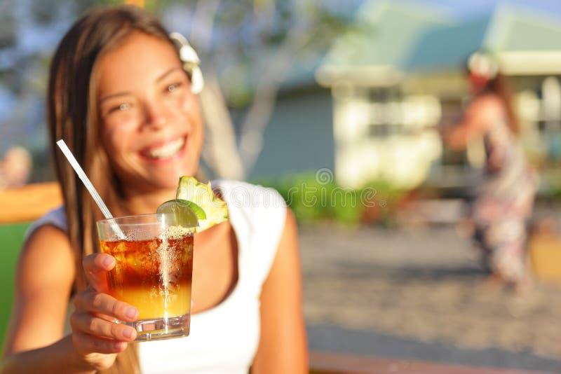 Mai Tai-drank - vrouw het drinken alcohol op Hawaï stock afbeeldingen