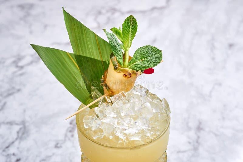 MAI tai - hawaiisches Cocktail des klassischen Alkohollongdrinks am wei?en Marmorhintergrund lizenzfreies stockfoto